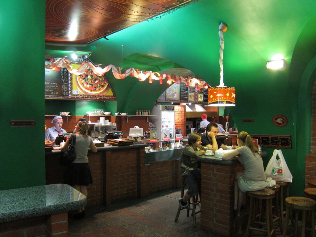 Интерьер. Ресторан быстрого обслуживания «Пицца Челентано», ул.Щроса, 44 (Киев)
