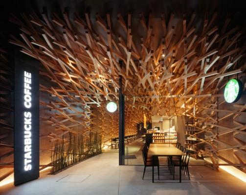 Дизайн интерьера кофейни Starbucks Coffee в Японии